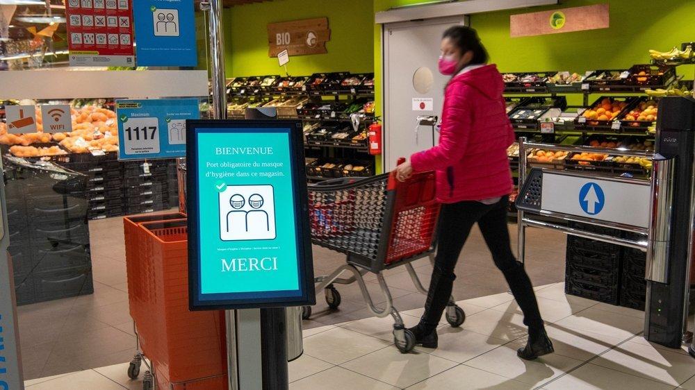 A l'entrée de la Migros Métropole, un système de comptage a été mis en place pour régler le flux et bloquer les clients au besoin. Le supermarché peut accueillir jusqu'à 1117 personnes en même temps.