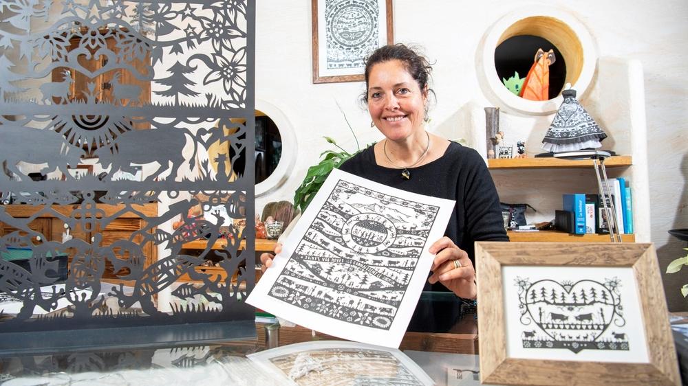 Nicole Dayen Schutz s'inspire souvent de la nature pour ses découpages, dessinant des scènes rupestres mais pas seulement.
