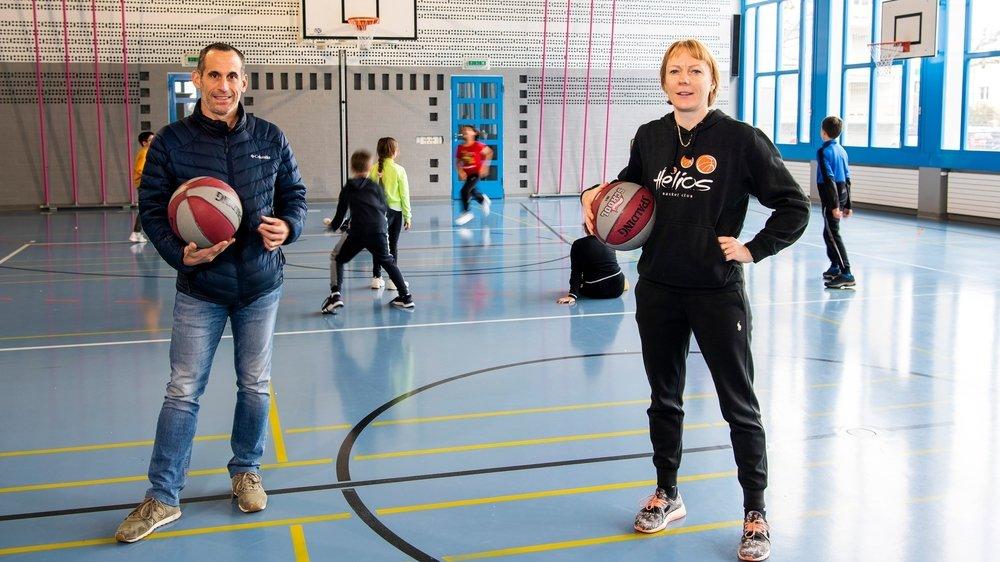 """Après un semestre de """"multisport"""", les enfants de Saxon découvriront le basket grâce à leur monitrice Eglé Moix et avec l'aide de la commune."""