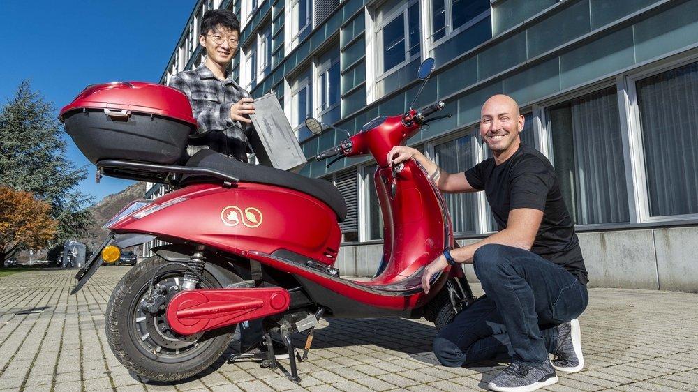 Un scooter intelligent pour améliorer la gestion des batteries est actuellement développé à l'Idiap de Martigny par l'étudiant Huajian Qiu et son responsable de projet, le Dr. Jérôme Kaempf (à dr.)