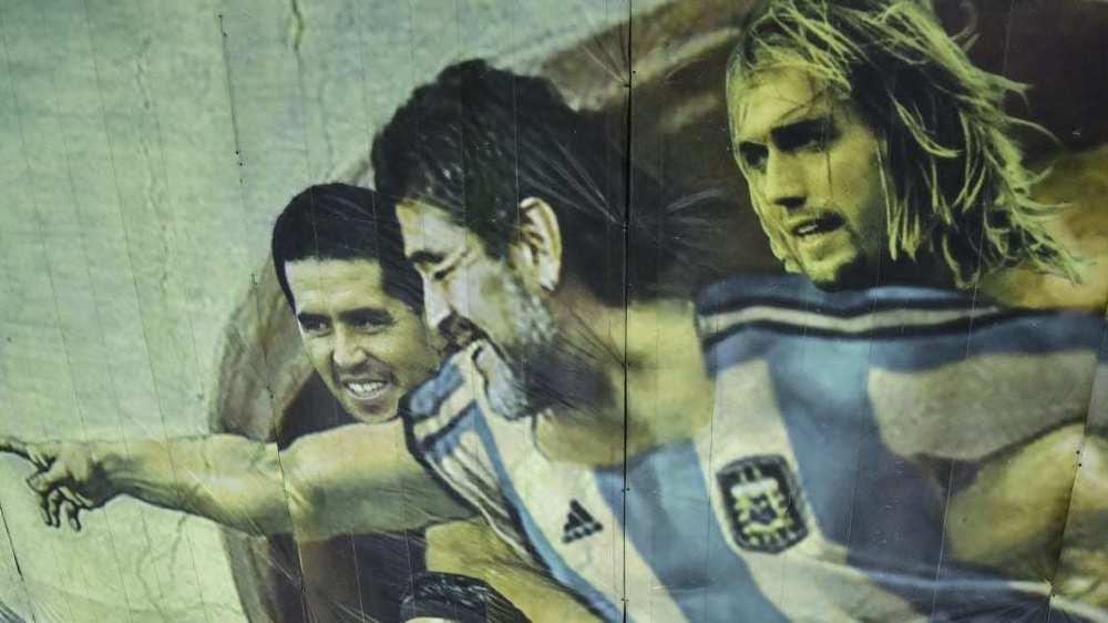 Diego Maradona a suscité un nombre incalculable d'œuvres diverses, adulé comme un dieu au point d'avoir pris sa place dans une réplique du plafond de la chapelle Sixtine.