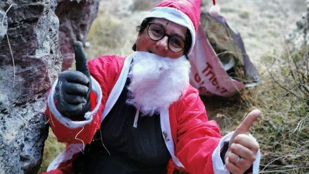 Patricia Almeida est un père Noël qui traque les ordures.