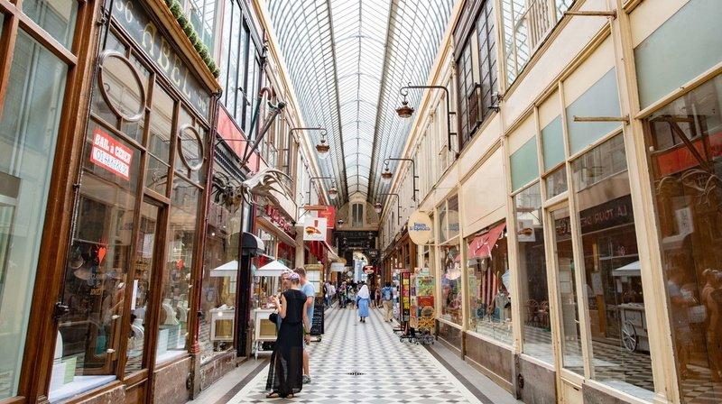 Coronavirus: à Paris, des clients pour la réouverture des magasins, mais pas la foule