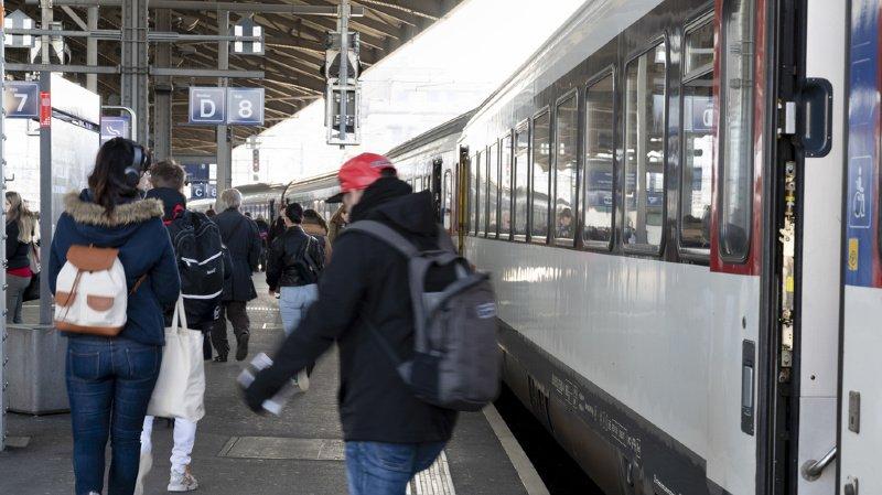 En moyenne, les Suisses prennent chacun 74 fois le train par année et parcourent 2505 kilomètres.