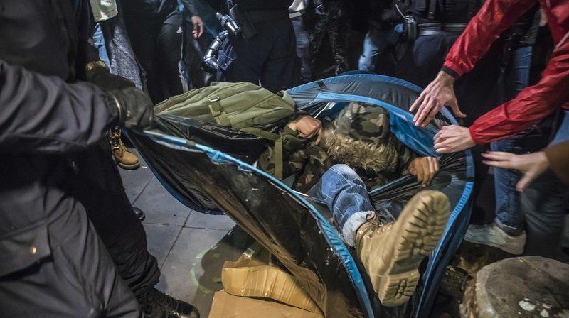 France: évacuation de réfugiés d'une rare violence à Paris