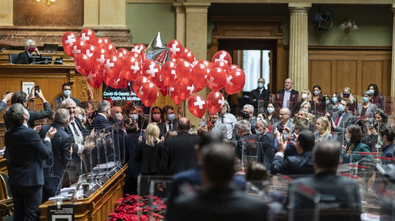 Des membres de tous les groupes parlementaires, portant 70 ballons, félicitent le conseiller fédéral Ueli Maurer (au centre gauche) pour son 70e anniversaire.