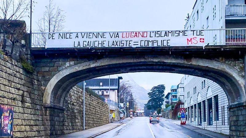 La banderole a été enlevée samedi matin par la Police municipale de Sion.