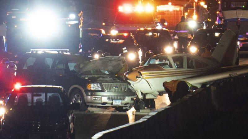 Un petit avion a dû atterrir d'urgence sur une autoroute fréquentée du Minnesota. Il a encastré une voiture, mais personne n'a été blessé.