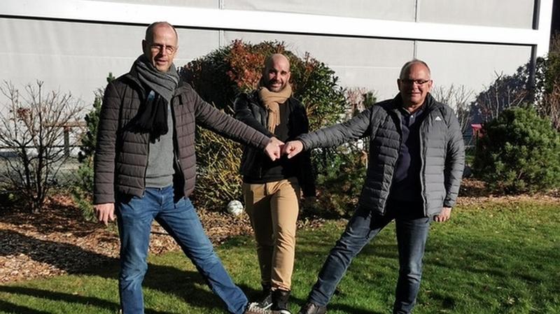 Benoît Bender (à gauche) accueille l'entraîneur Damien Claivaz (au milieu) et Nicolas Fiora, son assistant.