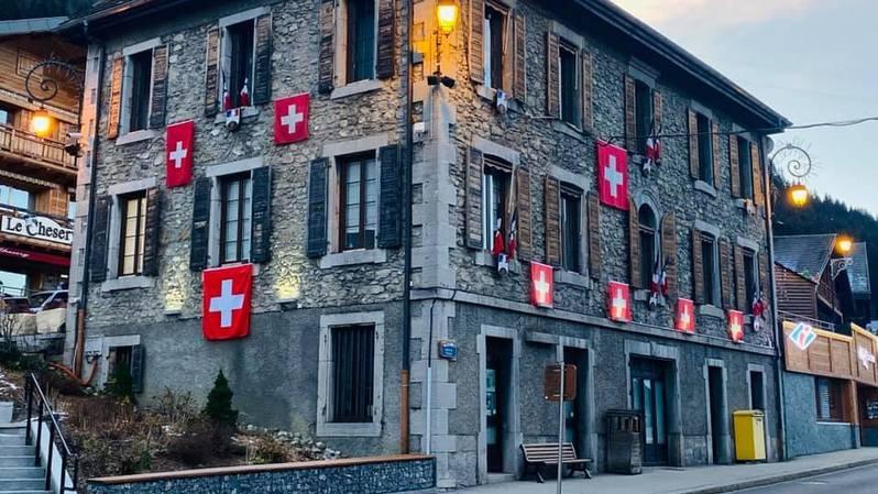 La mairie de Châtel arbore les couleurs suisses en signe de protestation.