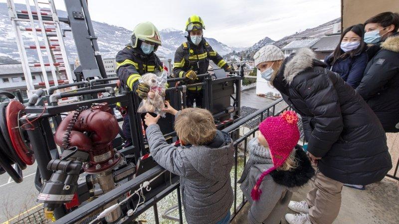 Les pompiers de Sion sauvent leur Téléthon en livrant des peluches à domicile
