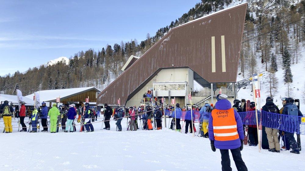 Si la plupart des stations de ski jouent le jeu, en intensifiant les contrôles et les rappels à l'ordre via leurs Covid Angels, comme ici dans les 4 Vallées, entre Nendaz et Verbier, des comportements inadéquats ont de nouveau été signalés durant ce week-end.