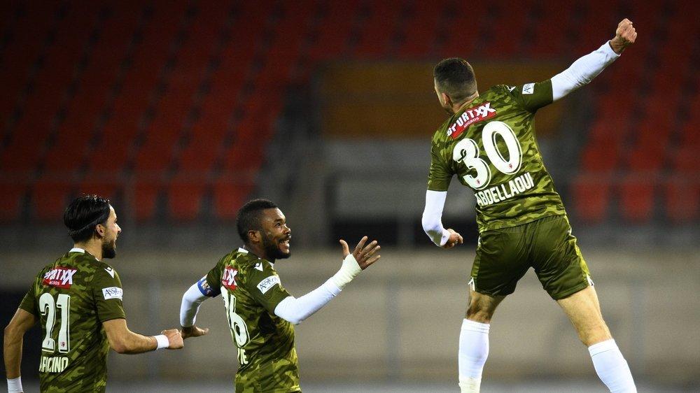 Ayoub Abdellaoui saute de joie devant Geoffroy Serey Die et Dennis Iapichino après avoir marqué le but de la victoire pour le FC Sion contre le FC Vaduz.