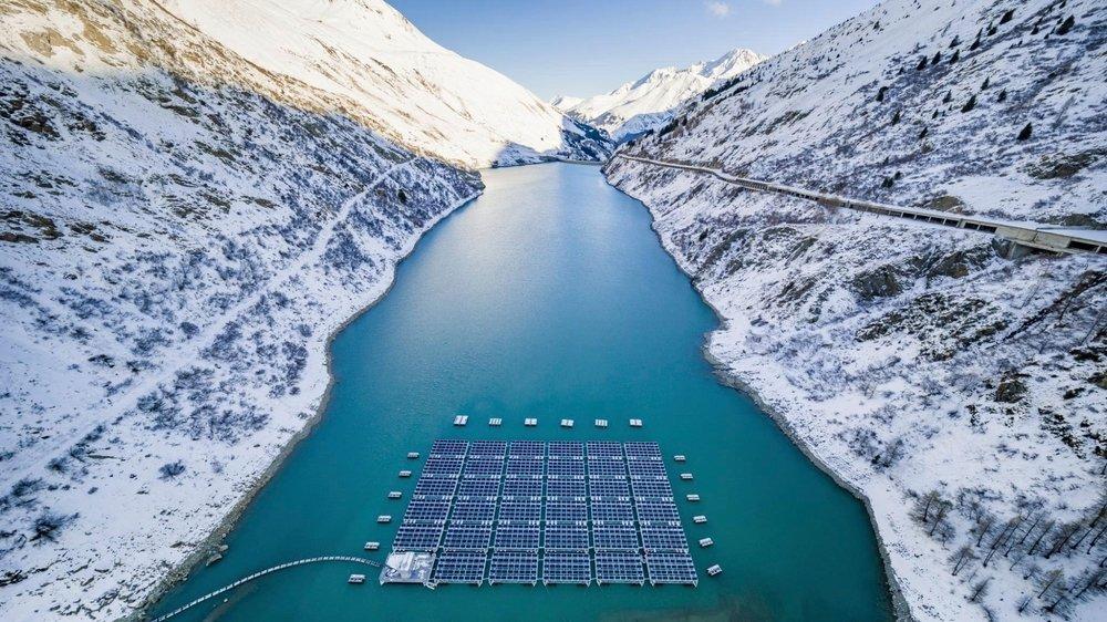 La surface totale de l'installation solaire du lac des Toules atteint 7700 mètres carrés, soit l'équivalent d'un terrain de football.