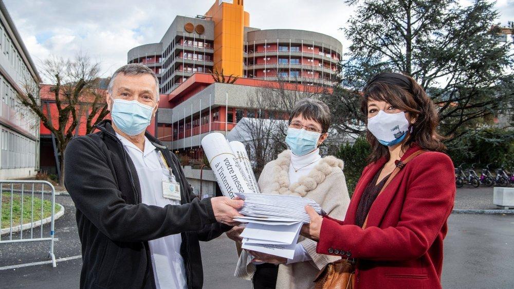 Manuella Maury (à droite) et le festival Lettres de Soie remettent 42 lettres destinées au personnel soignant de l'Hôpital de Sion aux Dr. Didier Blanc et Hélène Hertzog.