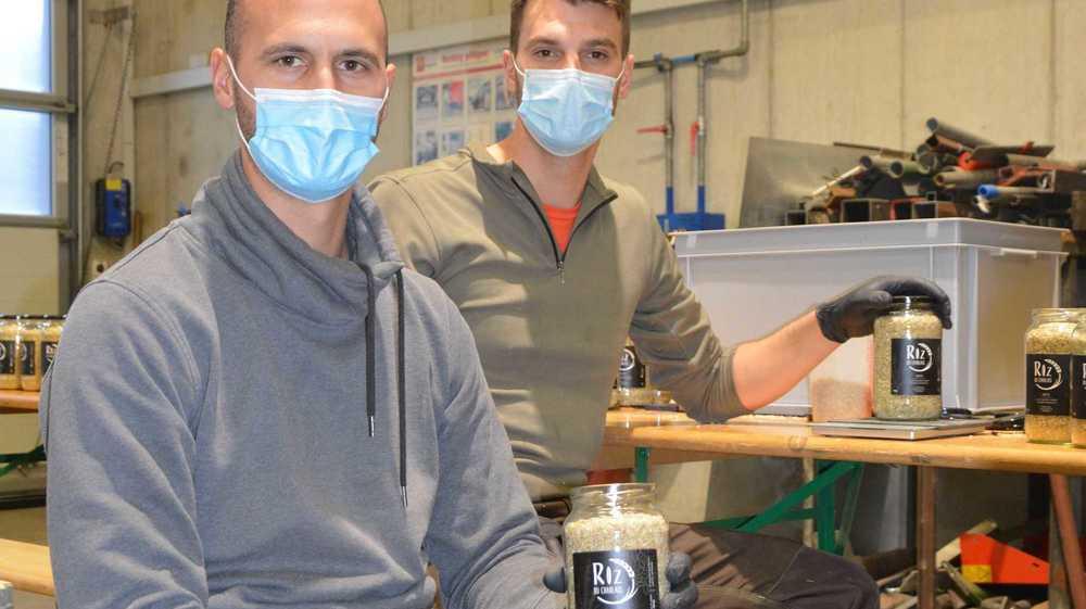 Stéphane Angst et son frère Raphaël fiers de pouvoir présenter les premiers échantillons de leur riz du Chablais.