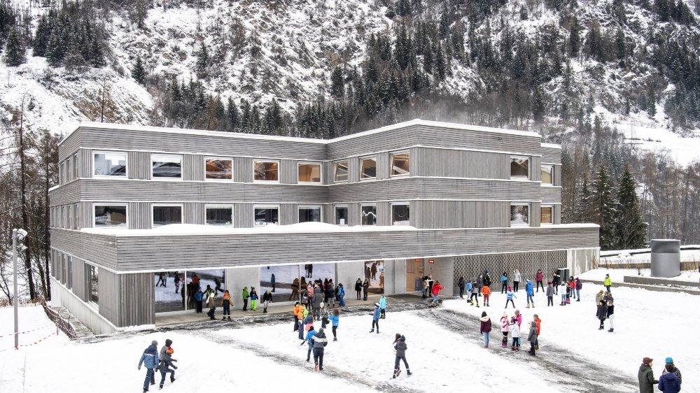 Cent nonante élèves sont désormais scolarisés à Versegères. Le nouveau centre remplace les écoles de Sarreyer, Lourtier et Champsec qui ne répondaient plus aux normes de sécurité.