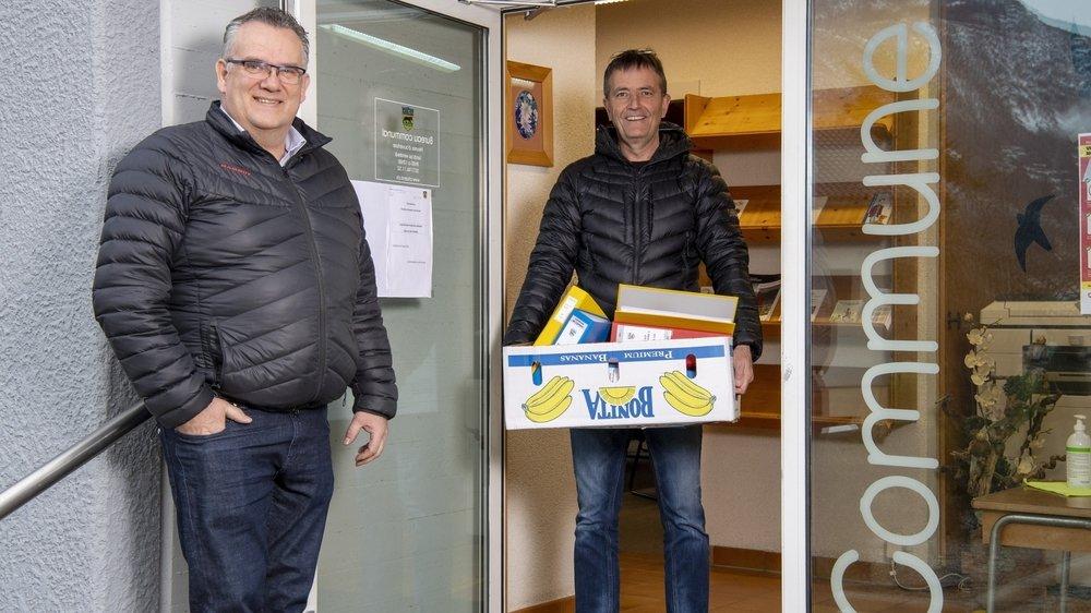 Le président sortant Léonard Moret et le secrétaire-caissier Patrick Giroud s'apprêtent à fermer la porte de la commune de Charrat.