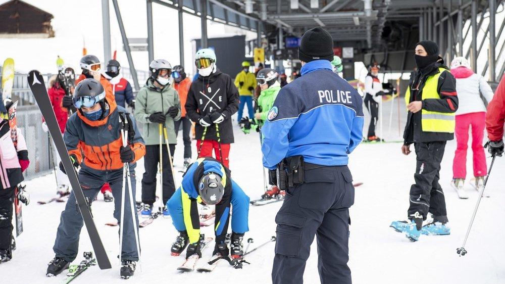 Haute-Nendaz, samedi après-midi au départ d'un télésiège, la police est omniprésente, tout comme les Covid Angels.