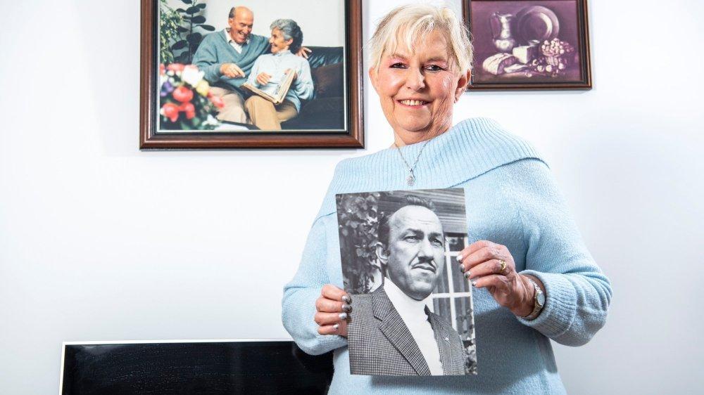 Daphné Métral, fille de l'auteur Maurice Métral à son domicile. Partout chez elle, on retrouve le souvenir de ses parents, comme sur la photo accrochée au mur derrière elle.