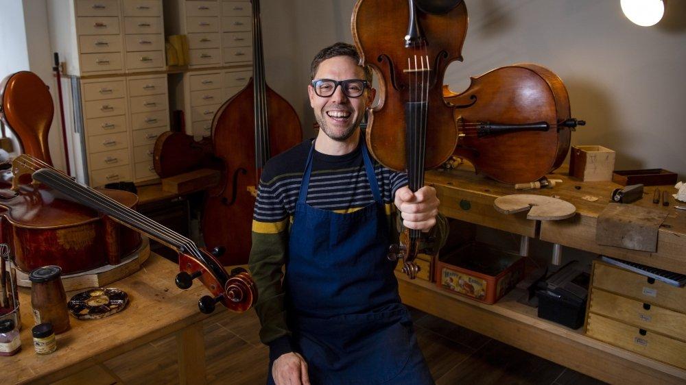 Frédéric Berthod est heureux de passer ses journées à choyer ses instruments dans son atelier de Martigny.