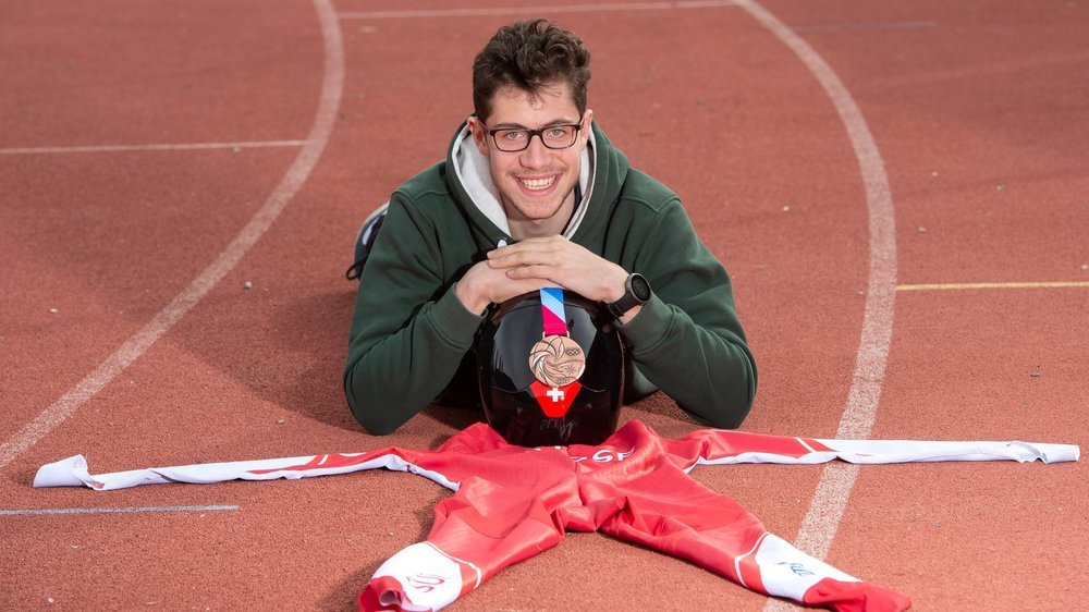 Livio Summermatter pose avec la médaille de bronze conquise lors des Jeux Olympiques de la Jeunesse de Lausanne.