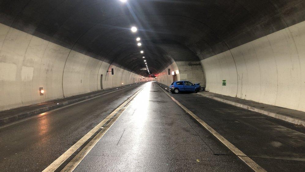 Indépendamment de l'accident mortel de mardi dans le tunnel du Mont-Chemin, l'OFROU a lancé une étude de variantes afin de déterminer la nécessité et les possibilités de sécuriser les murs perpendiculaires, tant dans les niches que pour les portails.