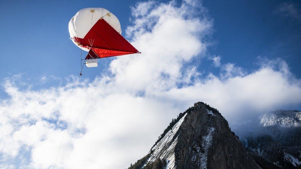 La campagne de mesures de la qualité et de la composition de l'air effectuée ces jours par une équipe de l'EPFL s'effectue à l'aide d'un ballon à hélium volant dans le ciel sembranchard. © Louis Dasselborne
