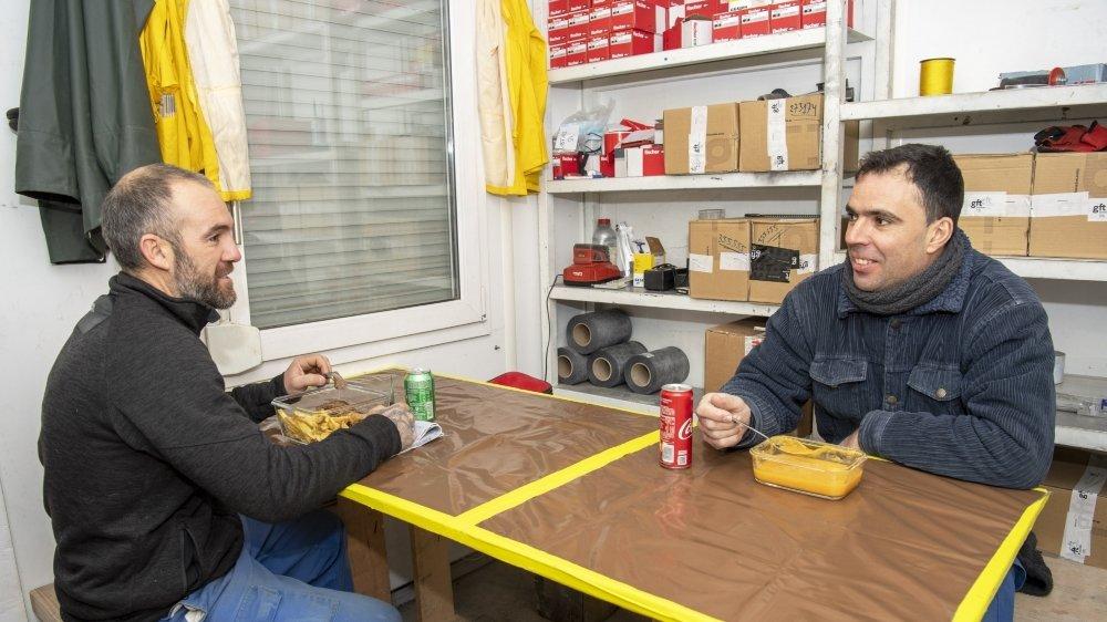 Marco Coelho et José Vieira sont conscients de leur chance d'avoir une cabine à disposition sur leur chantier à Martigny pour leur pause matinale et leur repas de midi.