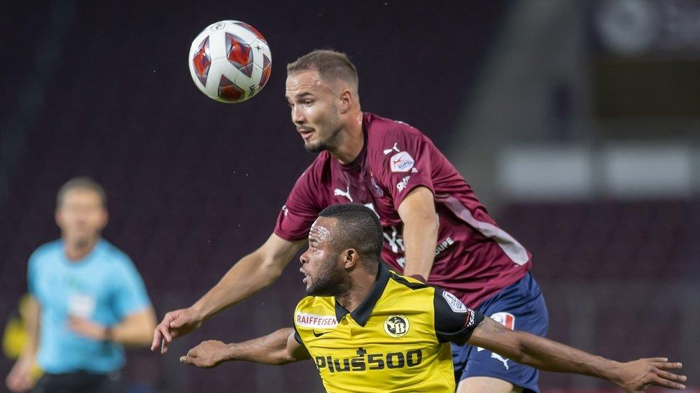 Steve Rouiller domine Meschack Elia dans un duel aérien lors du match entre le Servette FC et les Young Boys.