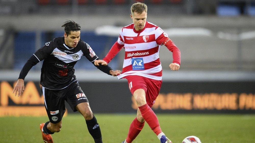 Akos Kecskes accroche le maillot de Gaetan Karlen pour retenir le joueur du FC Sion.