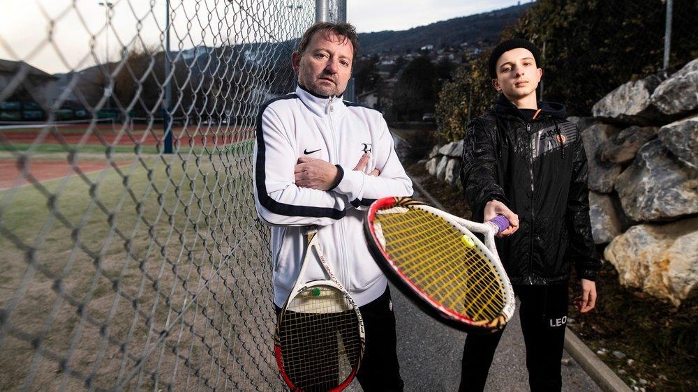 Jérôme Zen Ruffinen et son fils Léo, 16 ans, ne peuvent plus échanger des balles en raison du grillage qui délimite les courts.