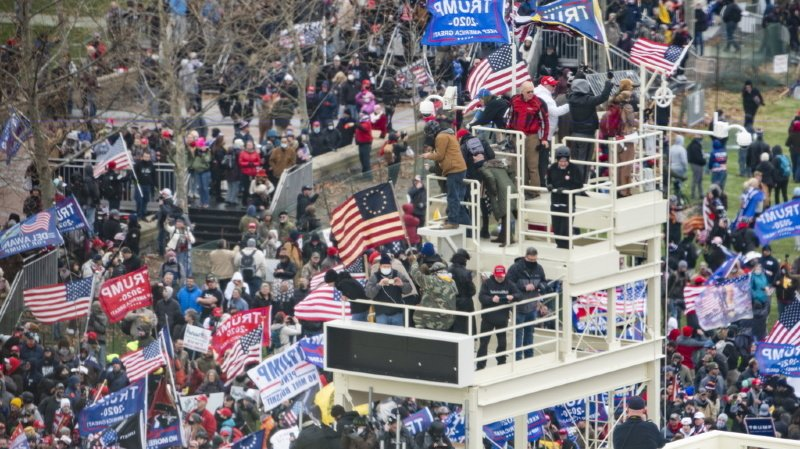 Présidentielle américaine: des partisans de Trump envahissent le Capitole
