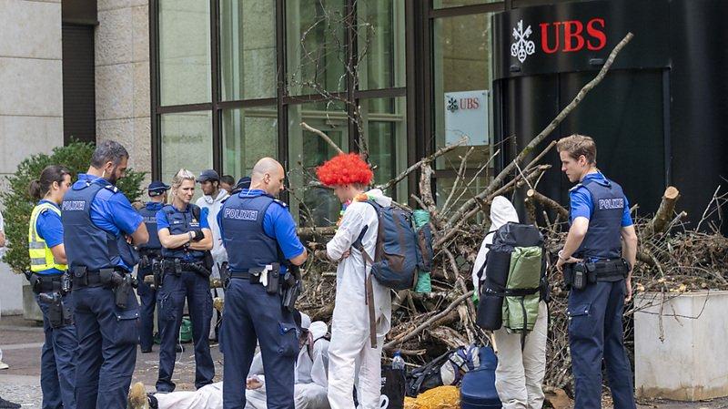 Blocus devant l'UBS à Bâle: le procès de 5 militants du climat commence à Bâle