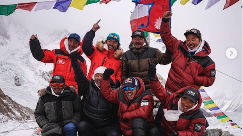 Les dix Népalais se sont rassemblés juste sous le sommet du K2 pour gravir ensemble les derniers mètres en chantant l'hymne national et y planter le drapeau de leur pays.