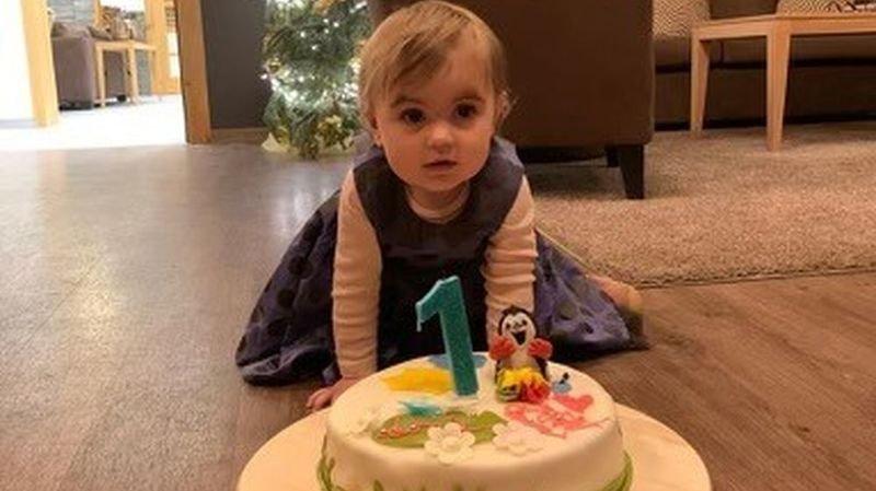 Léonie prête à fêter son anniversaire, un an après une naissance digne d'un conte de Noël.