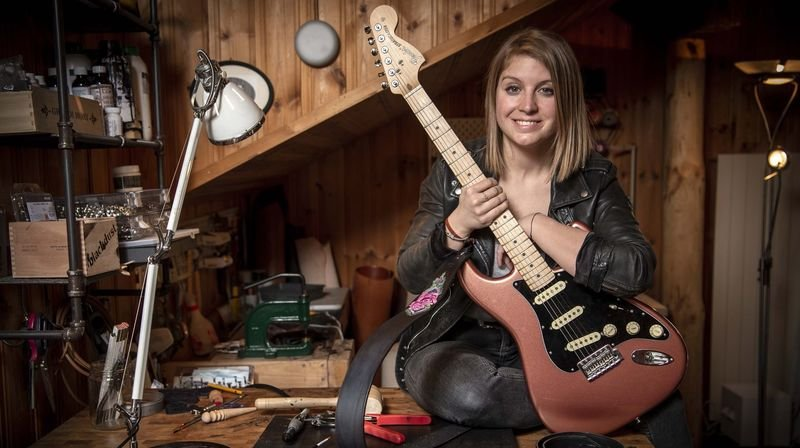 Nos artisans ont du talent: Priscilla Mayor grave et peint le cuir de sangles de guitare