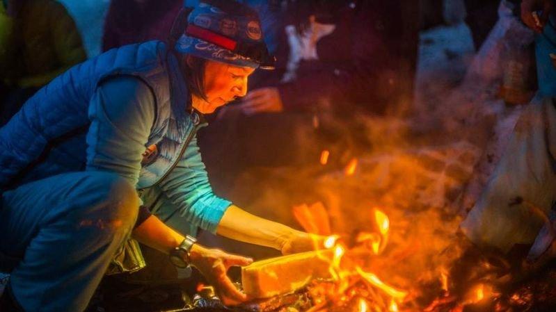 A Nendaz, après une balade nocturne en raquettes, la raclette réchauffe les participants.