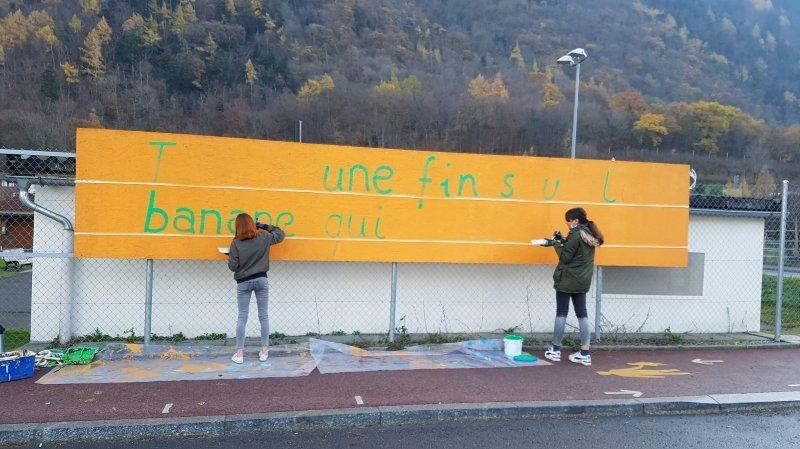 Tania et Mira, deux membres de la Brigade du bonheur, peignent un panneau situé au Guercet.