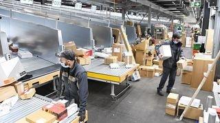 «Plus de 60 000 colis par jour». Plongée au cœur de la livraison des cadeaux de Noël en Valais
