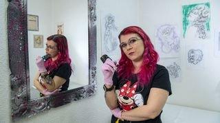 Coronavirus: à Saxon, elle offre des tatouages aux femmes touchées par un cancer du sein