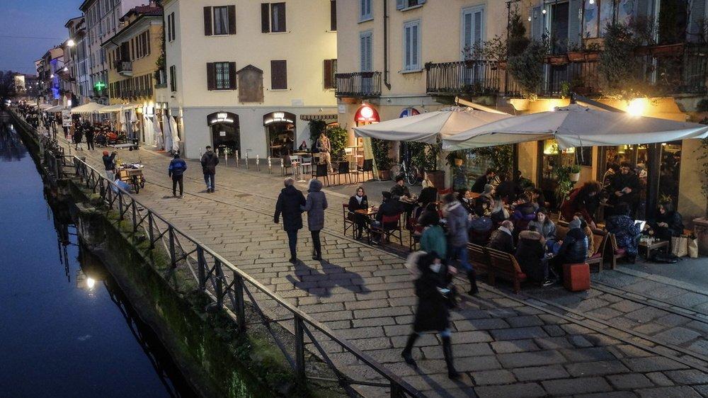 A Milan, depuis lundi, il est de nouveau possible de boire l'apéro jusqu'à 18 heures dans le quartier des Navigli.