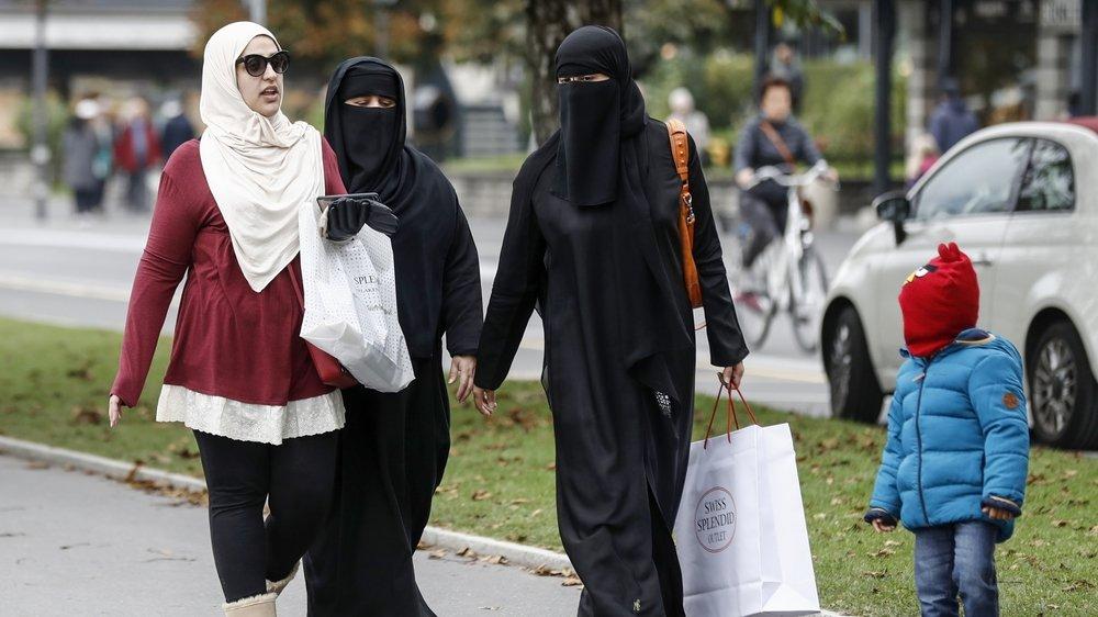 En Suisse, hormis les touristes, le port du voile intégral concerne une trentaine de femmes, selon une étude de l'Université  de Lucerne.