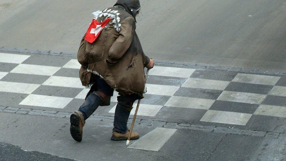 En Suisse, le seuil de pauvreté se situe à 2279 francs par mois pour une personne seule, et à 3976 francs pour une famille composée de deux adultes et deux enfants. Les étrangers, les familles monoparentales, les chômeurs et les personnes sans formation sont les plus précarisés.