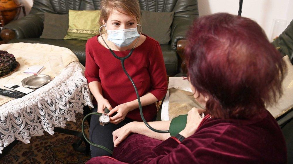 La jeune infirmière Chiara Stucki est aux petits soins pour Maria.