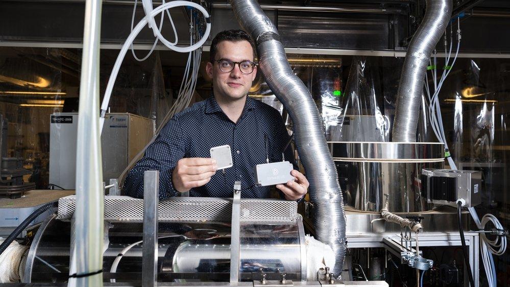 Cofondateur de la start-up Dynablue, Steve Joris expérimente les capteurs thermiques au sein des laboratoires de l'EPFL, à Sion.
