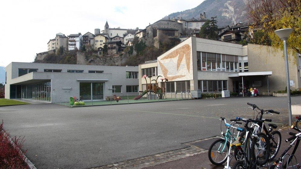 La nouvelle structure pour la petite enfance de Saillon sera construite à proximité du centre scolaire. A terme, les locaux occupés actuellement par la crèche-garderie Les Tapagoilles (à gauche sur notre photo) seront restitués à l'école.