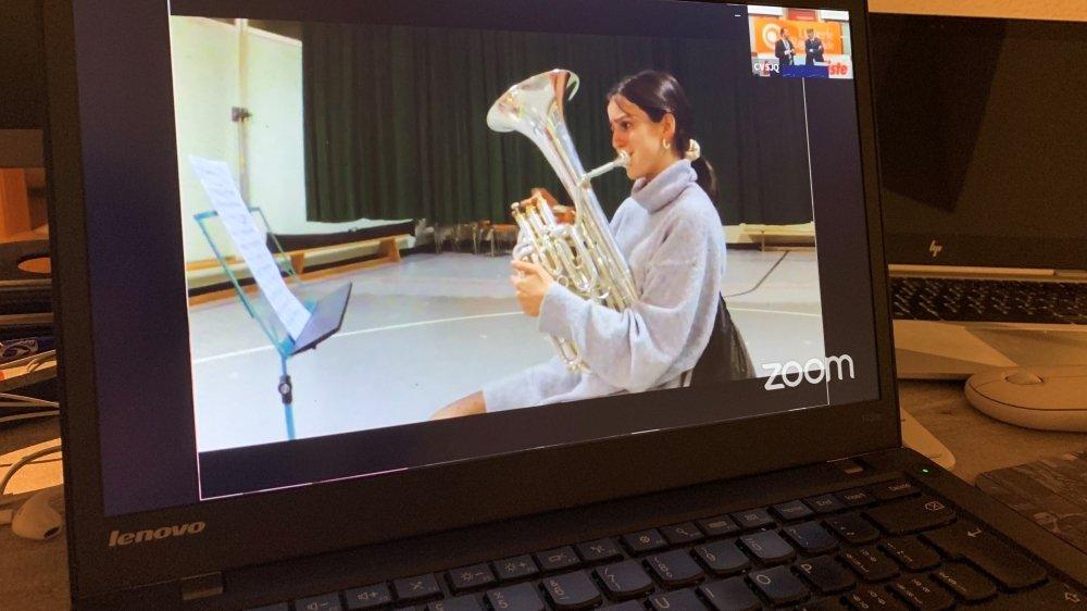 Les lauréats ont dû suivre la cérémonie par écran interposé, ici Emma Roh, gagnante chez les barytons et euphoniums juniors.