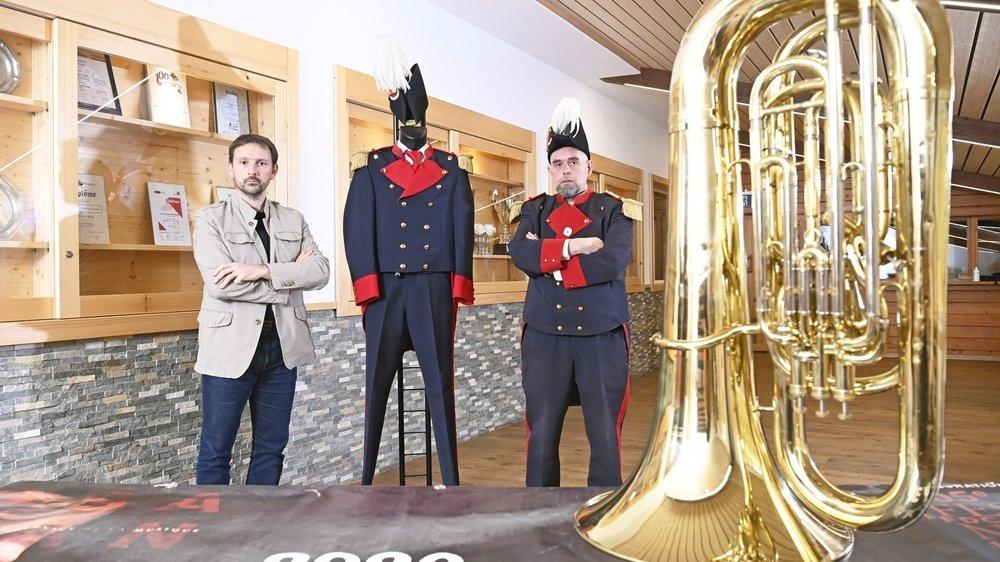 Frédéric Fragnière et Fabrice Mariéthoz sont inquiets pour les finances de la Rosablanche de Nendaz. Ayant dû repousser deux fois son festival, la société devra recourir à l'emprunt pour payer son nouvel uniforme.