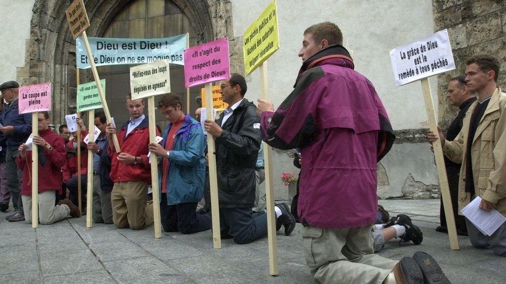 En réponse à la gay pride du 7juillet 2001 à Sion, une contre-manifestation a réuni une cinquantaine de conservateurs proches d'Ecône.